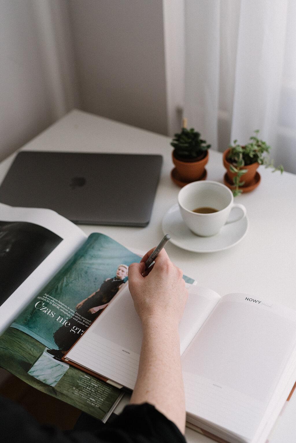 Jak pracować produktywnie, kiedy totalnie Ci się nie chce? Rób jedną rzecz na raz. Rozpraszacze w ogóle tego nie ułatwiają.